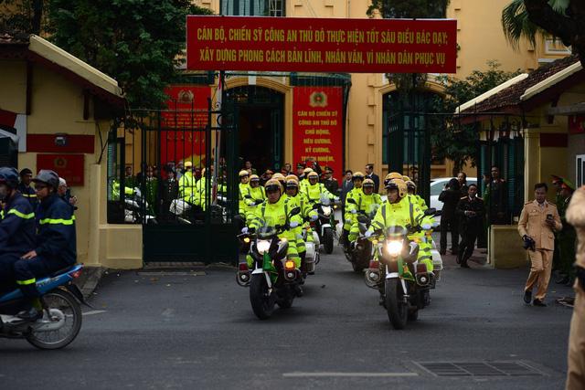 Phòng CSGT cũng cử hơn 1.000 cán bộ, chiến sĩ và dàn xe đặc chủng dẫn đoàn, phân luồng giao thông tại 300 nút giao.