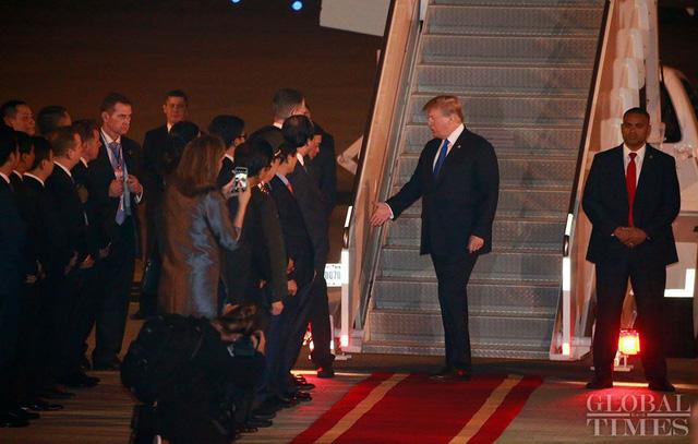 Tổng Thống Mỹ Donald Trump đã đến Việt Nam vào tối 26/2