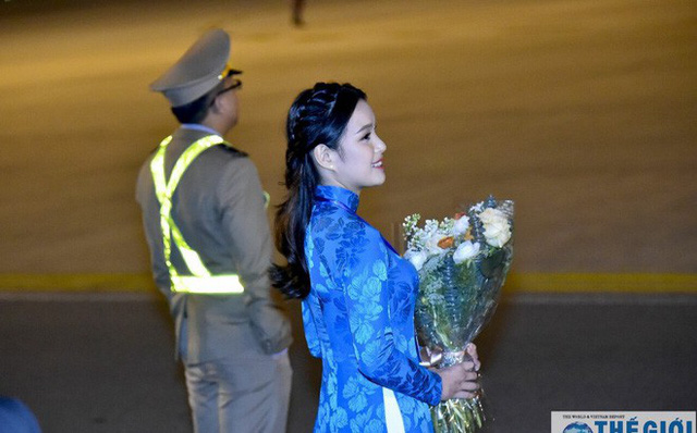 Phương Linh là cô gái được chọn tặng hoa cho Tổng thống