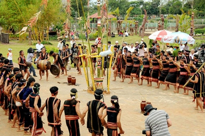 Bên cạnh đó, rất nhiều những trò chơi dân gian bên trong khu làng 54 dân tộc Việt Nam cũng thu hút các bạn trẻ.
