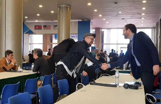 Phóng viên quốc tế gặp mặt nhau tại Trung tâm báo chí quốc tế sáng 27/2.