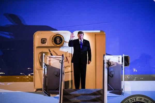 AFP đưa hình ảnh Tổng thống Donadl Trump chào mọi người khi bước ra từ chuyên cơ. Ảnh: AFP