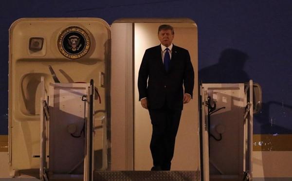 Tổng thống Donald Trump đến Việt Nam được tiếp đón nồng hậu, báo chí quốc tế nói gì?