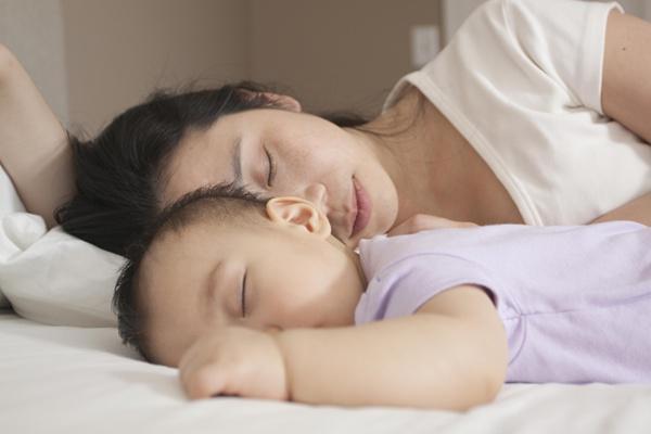 Nên cho trẻ ngủ chung hay riêng?