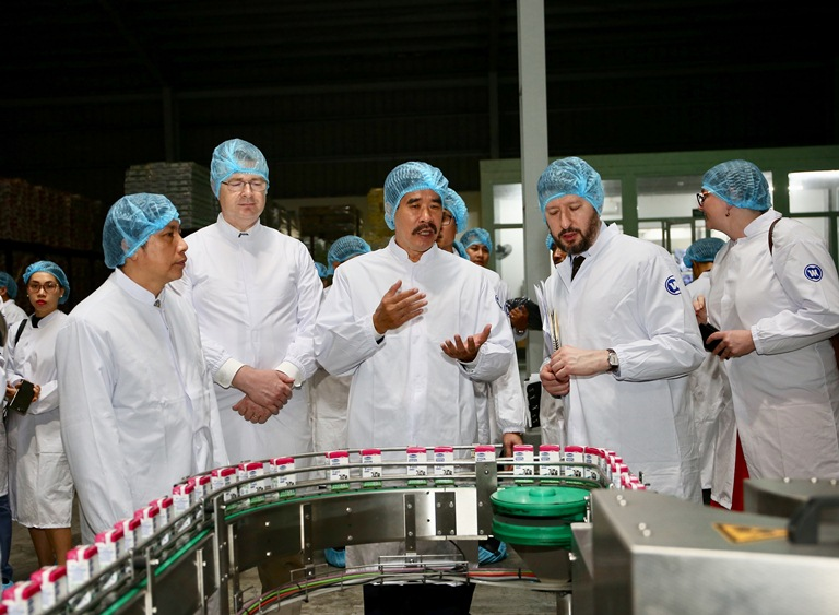 Đại sứ Mỹ tới thăm nhà máy sữa Vinamilk