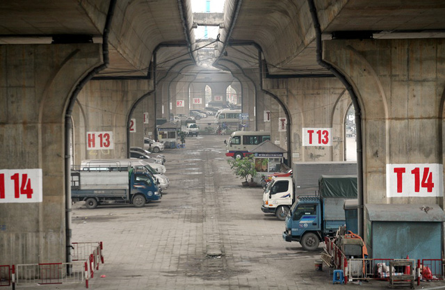 Cận cảnh những bãi đỗ xe dưới gầm cầu vượt cạn có doanh thu
