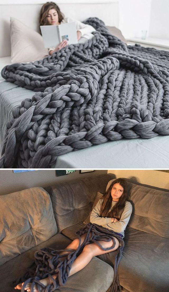 Không hiểu với cái chăn len này thì cô gái sẽ phải đắp kiểu gì?