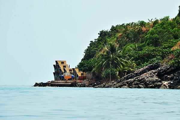 Những khách sạn, nhà nghỉ đều được xây sát mặt biển.