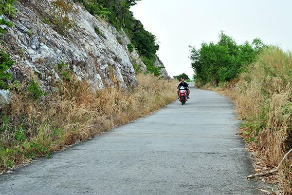 Du khách có thể tham quan vòng quanh đảo bằng xe máy, vừa ngắm nhìn phong cảnh thiên nhiên vừa thưởng thức không khí trong lành, thoáng đãng.