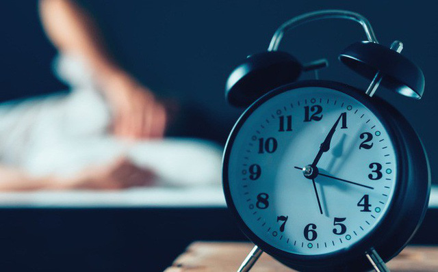 Lối sống không điều độ là một trong những nguyên nhân gây ra mất ngủ