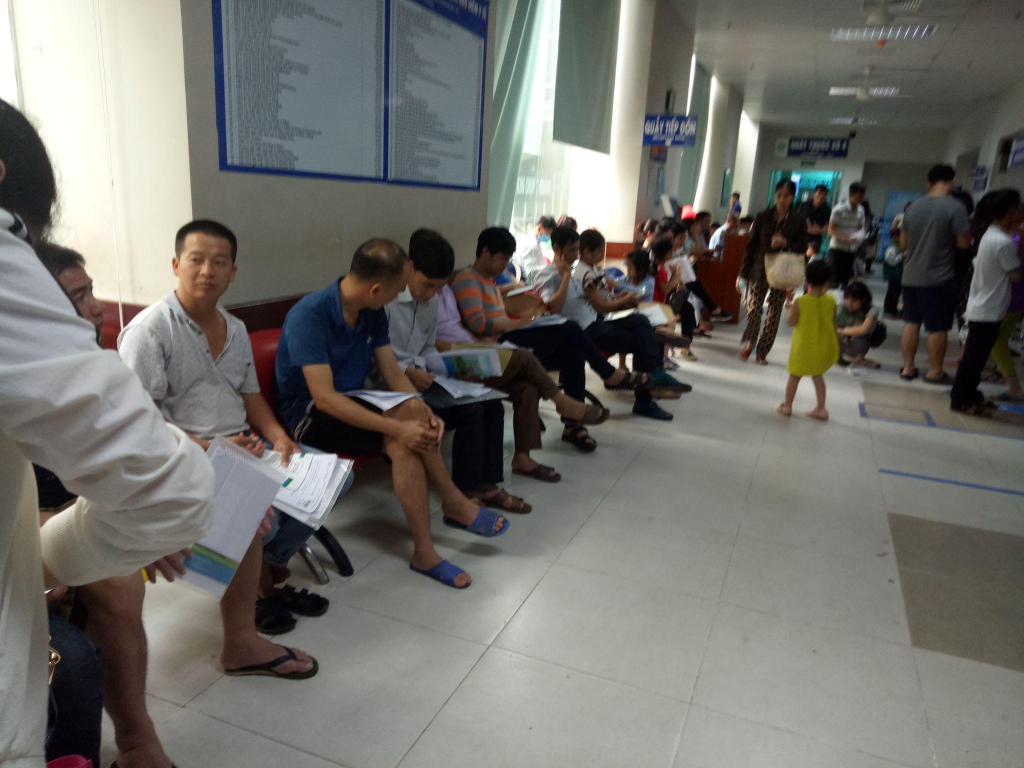 Đến thời điểm này, bệnh nhân tại bệnh viện Nhi Hà Nội vẫn chủ yếu dùng sổ khám bệnh là chính (Ảnh BM)