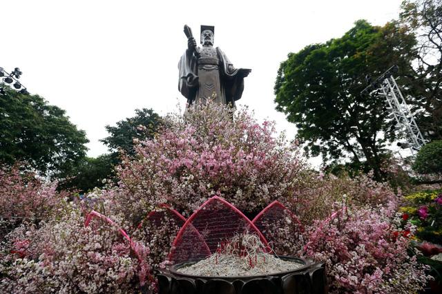 Những ngày qua, khi hàng vạn cành hoa anh đào được vận chuyển bằng đường hàng không từ Nhật Bản về Hà Nội đang được các công nhân gấp rút hoàn thiện.
