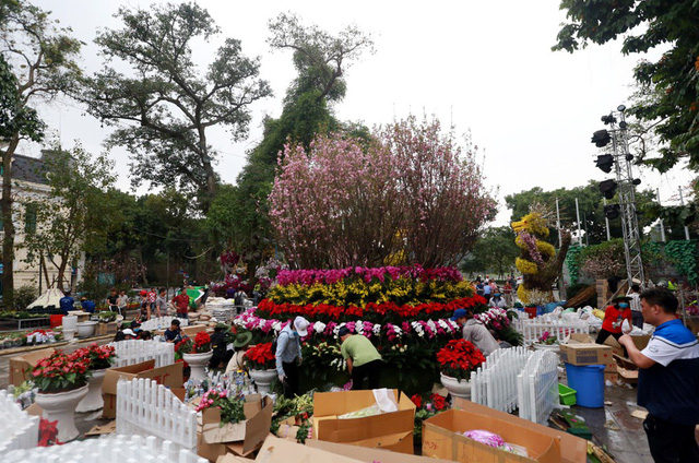 Giữa khu vực quảng trường một tiểu cảnh to lớn với sự kết hợp hàng trăm cành hoa anh đào được hoàn thiện.