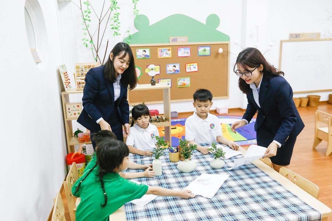 Genesis School chủ trương kết hợp chương trình chuẩn của Bộ GDĐT với các chương trình đào tạo quốc tế, lồng ghép phương pháp giáo dục xanh
