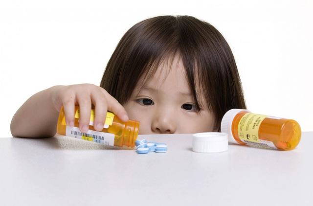 Cha mẹ không nên tự ý bổ sung canxi cho con khi chưa có sự chỉ định của bác sĩ. Ảnh minh họa