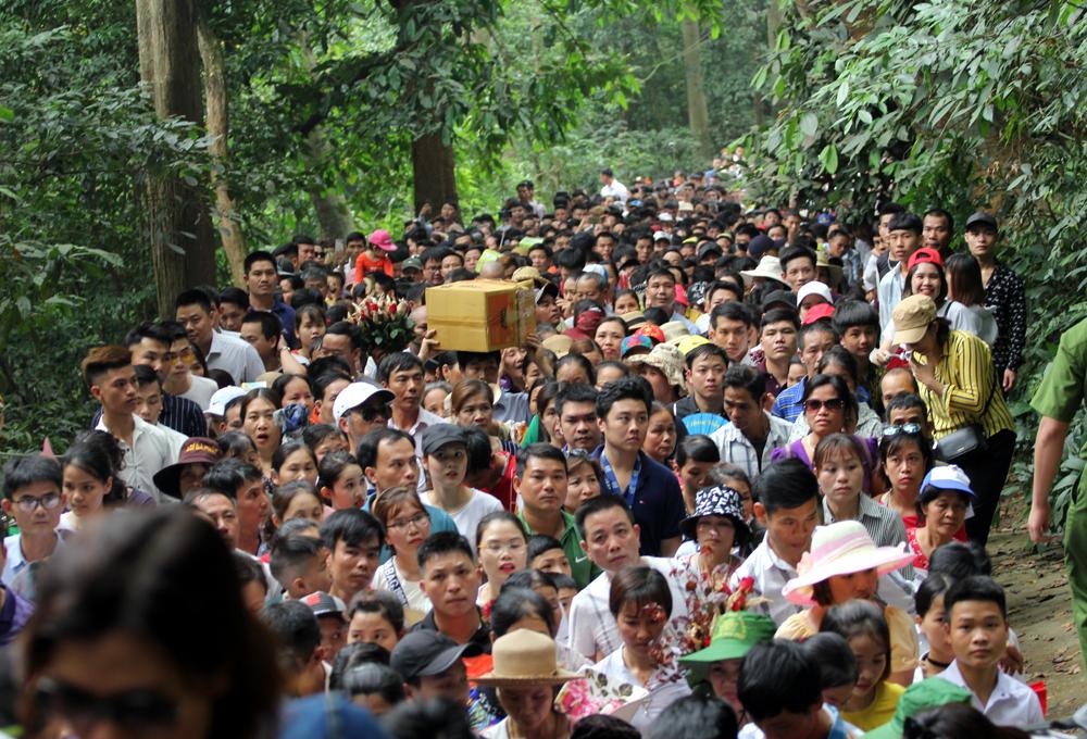 Giỗ Tổ Hùng Vương: Đền Hùng đông nghẹt thở, người dân xếp hàng dài cả km