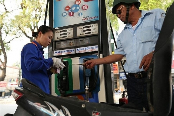 Mỗi lít xăng đang cõng 8 loại thuế phí, tăng 4.000 đồng từ đầu năm