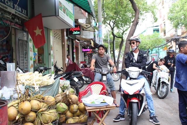 Khách xếp hàng chờ mua dừa tại một điểm bán tại quận Bình Thạnh (Ảnh: Phúc Huy).