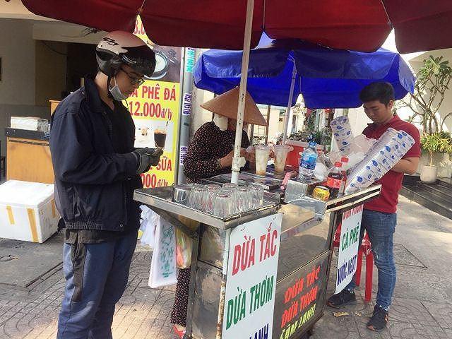 Một điểm bán nước dừa ít khách cũng có thể đạt mức doanh thu từ 1,5 – 2 triệu đồng/ngày. Ảnh: Đại Việt.