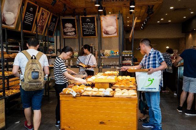 Đặc biệt, trong dịp hè, các gian hàng trà bánh, kem tại TTTM cũng tung ra nhiều ưu đãi giải nhiệt hấp dẫn như Dairy Queen, Baskin Robins, Swensen's.