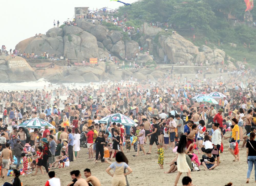 Những ngày này, hàng triệu lượt du khách từ khắp nơi đã ùn ùn kéo đến Sầm Sơn (Thanh Hóa) để nghỉ dưỡng, tắm mát.