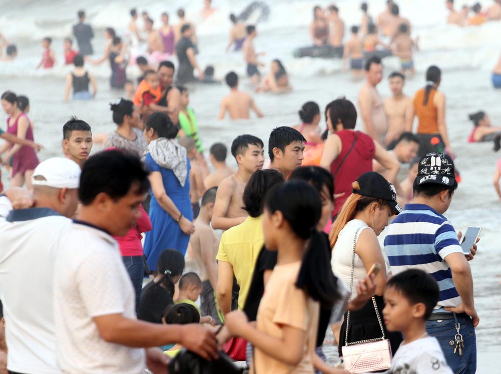 Bên cạnh đó, rất nhiều gia đình đã cho trẻ nhỏ xuống dưới biển để đùa nghịch, tắm hoặc tham gia nhiều trò chơi khác nhau.