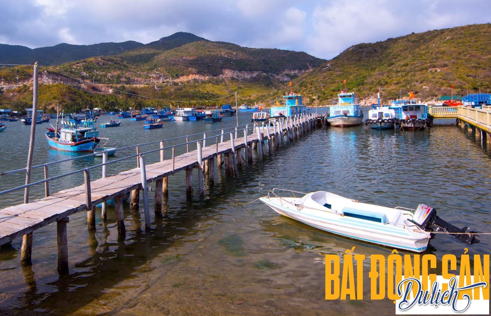 Những chiếc tàu cá của ngư dân neo đậu nơi cầu cảng vịnh Vĩnh Hy, chuẩn bị cho những chuyến đánh bắt. Đây cũng là nơi du khách bắt đầu với các tour du lịch, ngắm san hô bằng tàu đáy kính của ngư dân trong vùng.