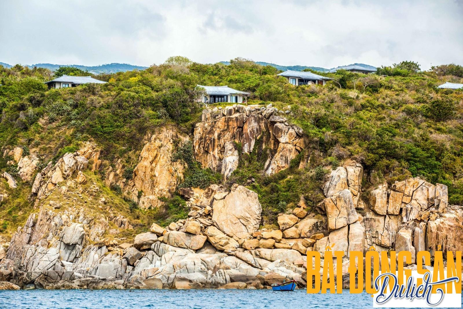 Các khu nhà nghỉ dưỡng của Amanoi Resort ẩn hiện trên dãy Núi Chúa, với không gian xung quanh là rừng núi, trước mặt là vùng biển xanh hoang dã của Vĩnh Hy.