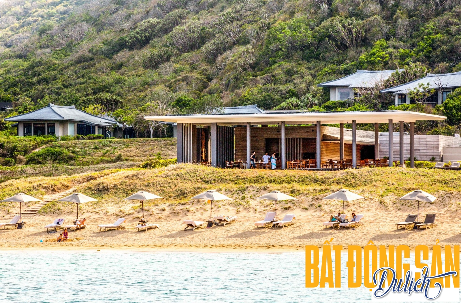 Bãi biển có cát mịn ở vùng biển thuộc Amanoi quản lý riêng, nơi du khách có thể xuống bãi biển nằm đọc sách, thay vì ở trên resort.Nước biển Vĩnh Hy xanh và trong khiến bất kỳ du khách nào cũng muốn đắm mình vào đại dương mênh mông khi đến đây.