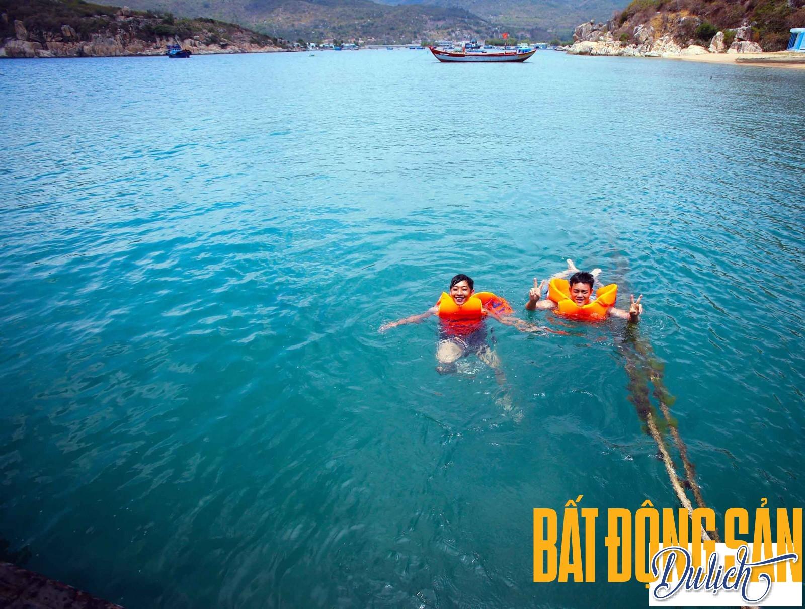 … vào buổi trưa nhiều nắng và gió, du khách của Amanoi Resort đùa vui cùng những con sóng trên những chiếc thuyền buồm nhỏ.