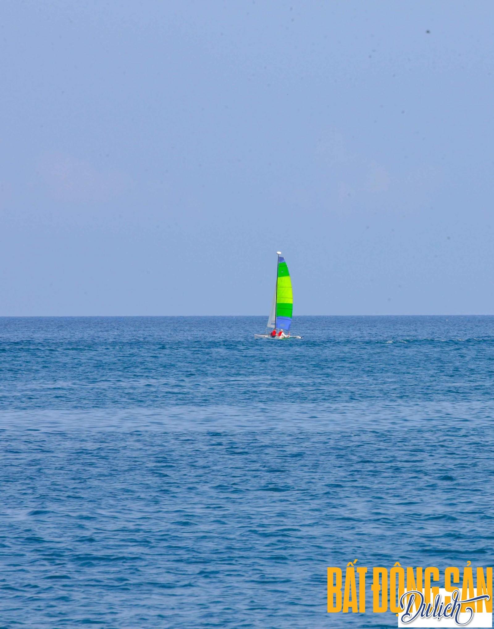 … với khách trong nước, sau khi thỏa sức ngắm những cụm san hô đủ màu sắc, tắm biển giữa vịnh biển trong xanh, trên những chiếc thuyền nhỏ của ngư dân, bạn sẽ di chuyển tới các nhà bè nuôi hải sản.