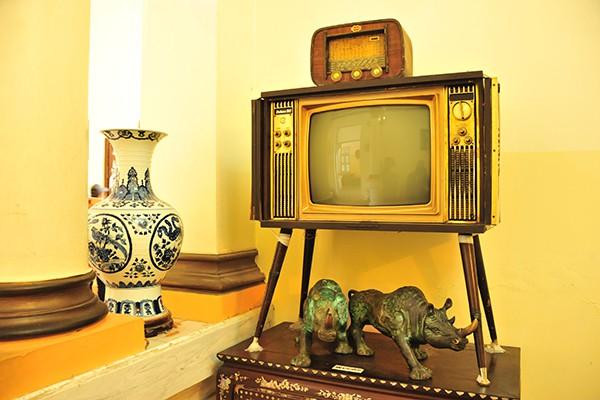 Chiếc ti vi đen trắng, bằng cả một gia tài thời bấy giờ.