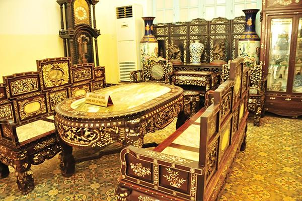 Bộ trường kỷ ngũ sơn cùng với các vật dụng khác trong phòng khách đều được làm từ gỗ quý và khảm xà cừ tinh xảo.