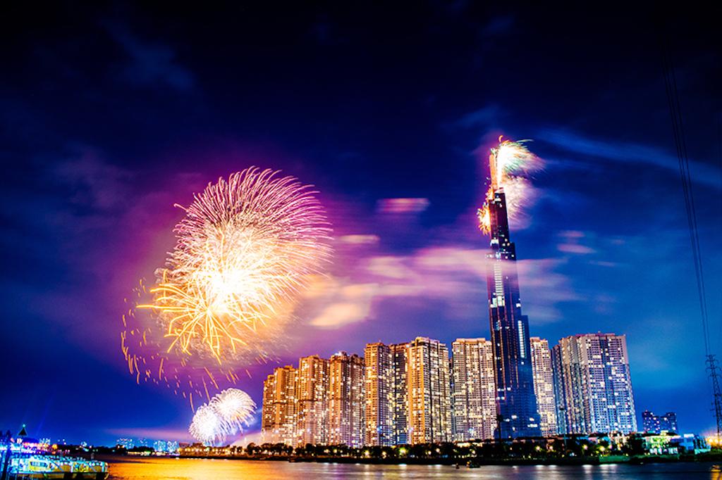 Choáng ngợp màn pháo hoa mãn nhãn từ toà tháp cao nhất Đông Nam Á