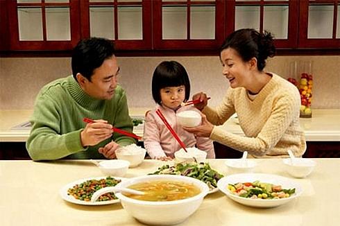 Bài học trả giá bằng sức khoẻ của những bà mẹ cầm roi ép con ăn