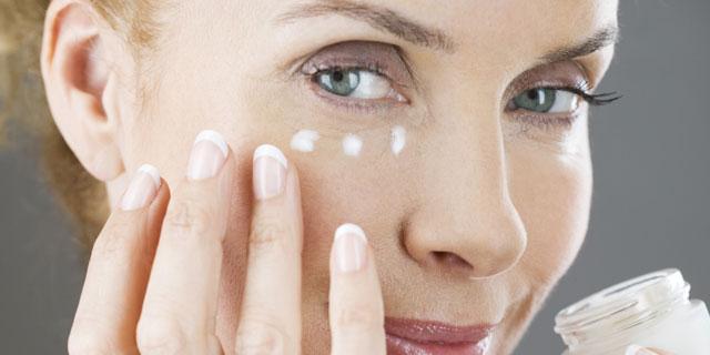 Duy trì nuôi dưỡng vùng da quanh mắt mỗi ngày để gìn giữ nét xuân trên gương mặt.
