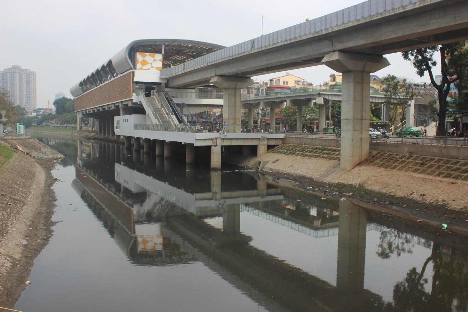 """Sông Tô Lịch qua quá trình đô thị hóa đã bị ô nhiễm nghiêm trọng khi """"gánh"""" 150.000 m3 nước thải sinh hoạt và công nghiệp được xả xuống sông"""