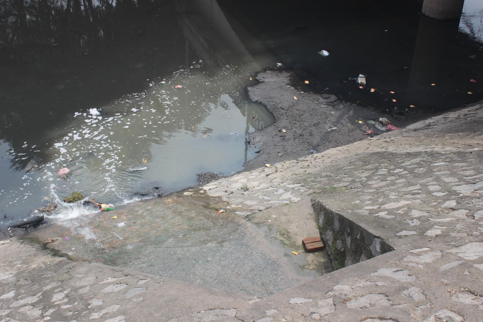 Sông Tô Lịch vốn sở hữu nhiều cống nước thải trực tiếp xuống sông Tô Lịch
