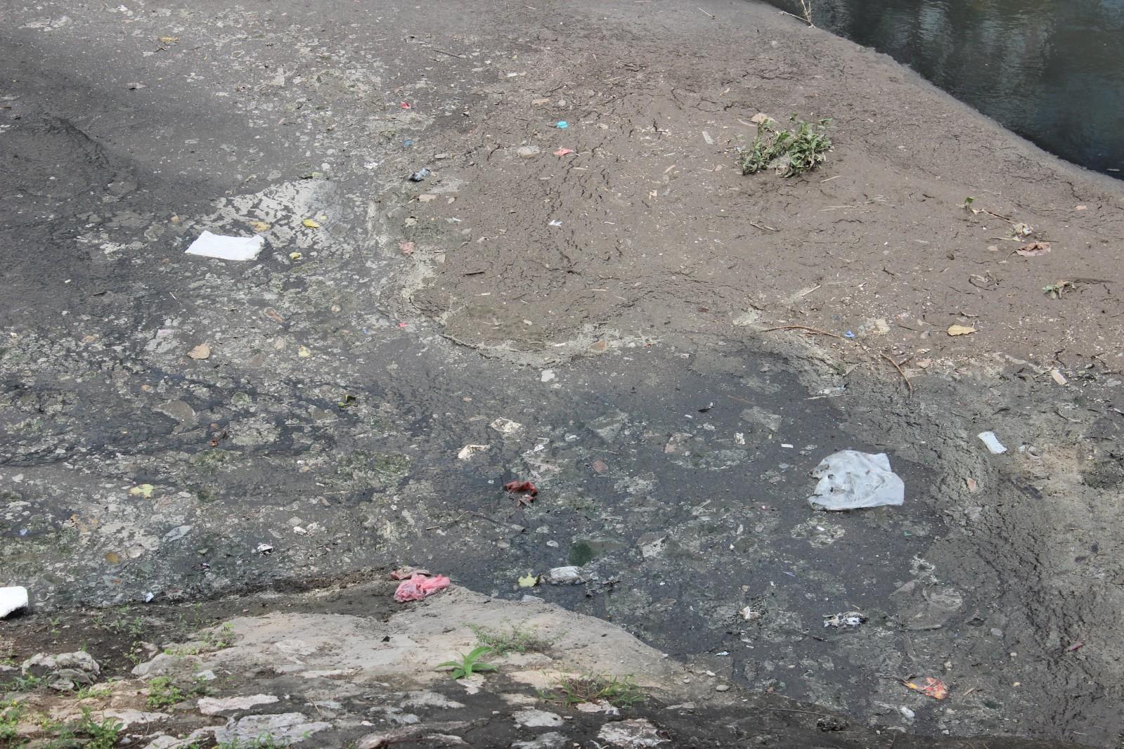Không chỉ vốn ô nhiễm từ nguồn nước thải, nguồn nước của các cống nước thải càng ô nhiễm hơn từ rác thải của sông