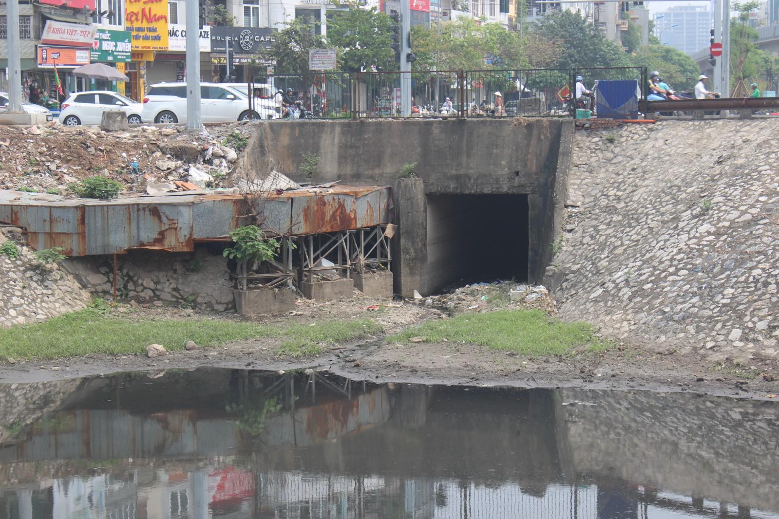 ấn đề xử lí nước thải càng nặng nề hơn khi một số cống thải bị tắc nghẽn bởi rác của Sông