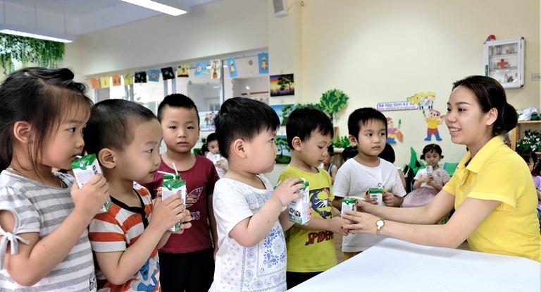 Theo mục tiêu của đề án sữa học đường đến hết năm 2020 có khoảng 1,2 triệu trẻ mầm non và tiểu học ở Hà Nội được uống sữa học đường.p/