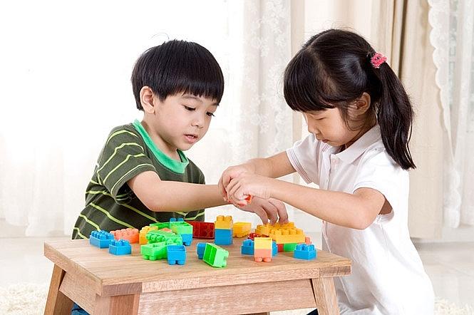 Tạo cho trẻ kỹ năng sống: Dạy con biết chia sẻ, yêu thương