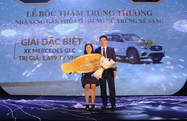 Chị Đào Thanh Thủy chủ nhân căn hộ D2212 đã may mắn trúng giải đặc biệt - chiếc xe Mercedes sang trọng trị giá 1,69 tỷ đồng.