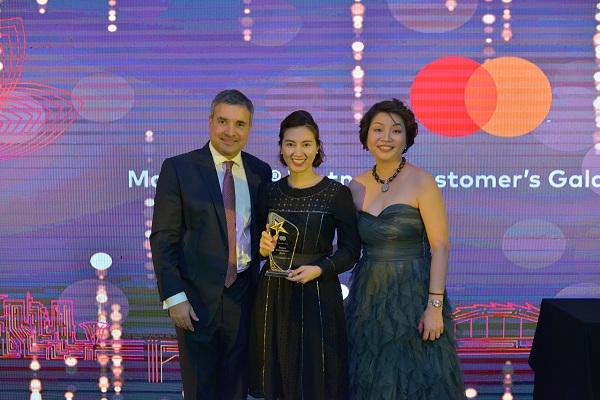 Bà Trần Thị Minh Thảo - Giám đốc Khối Dịch vụ Ngân hàng và Tài chính Cá nhân (DVNH & TCCN) của SCB nhận giải thưởng từ Mastercard.