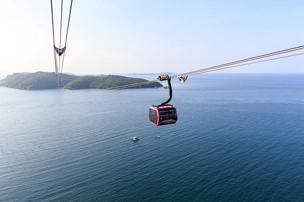 Cáp treo Hòn Thơm thu hút lượng lớn du khách tới Nam Đảo Ngọc.