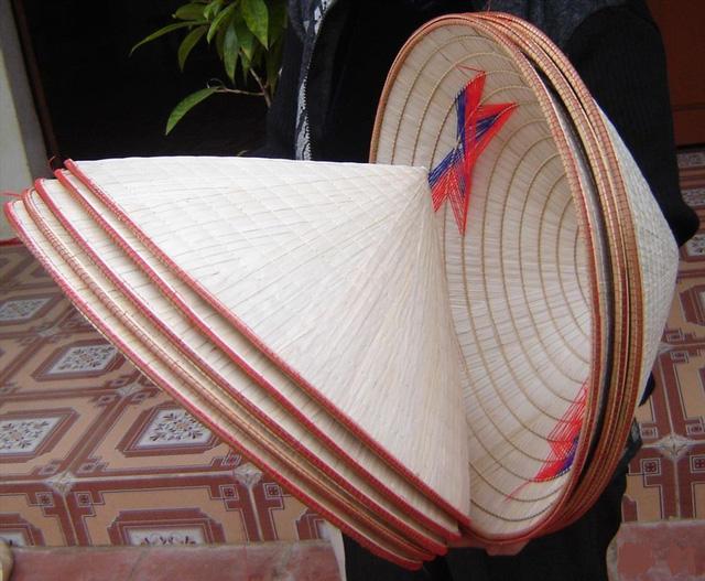 Nón lá bán nhan nhản chợ Việt gần trăm nghìn đồng/cái, trên web nước ngoài giá lên gần 500.000 đồng