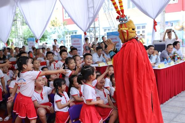 Các em học sinh tại Thanh Hóa hào hứng tham gia chương trình văn nghệ chào mừng Lễ phát động Ngày vi chất dinh dưỡng năm 2019.