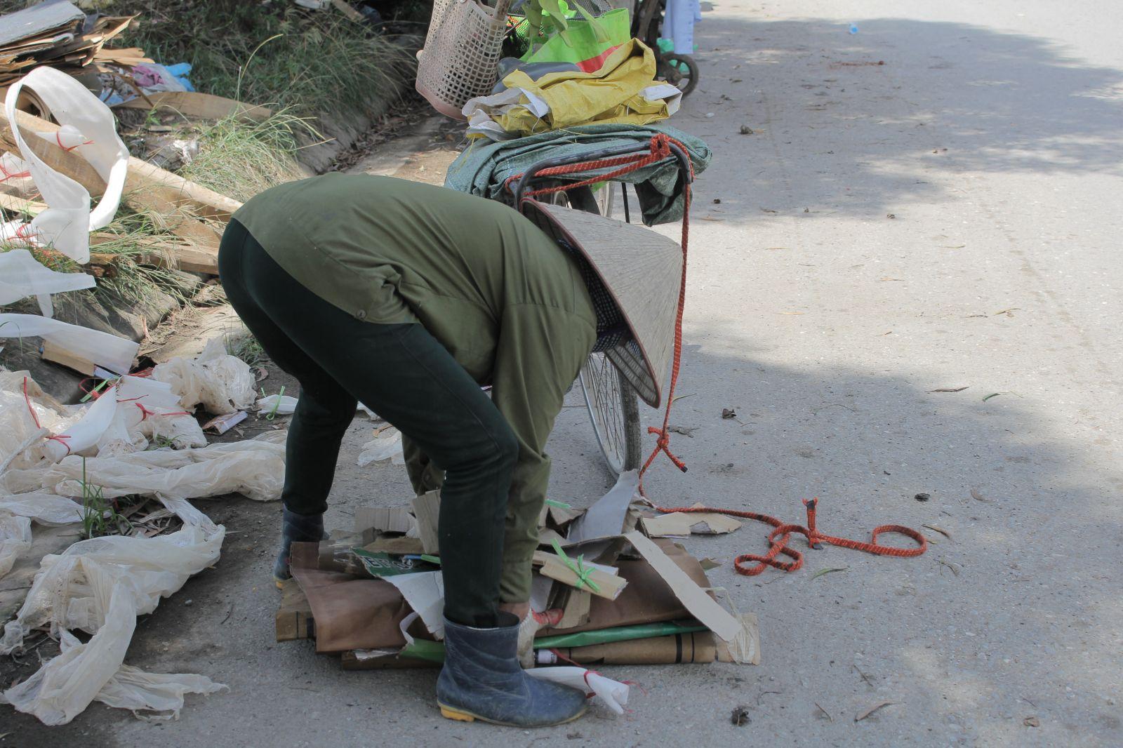Chị Nhung nhặt nhạnh những thứ có thể bán được từ bãi rác thải xây dựng