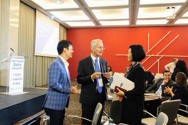 Đại diện Vinamilk chia sẻ với ông Richard Hall - Chủ tịch Hội nghị (đứng giữa) bên lề Hội nghị.
