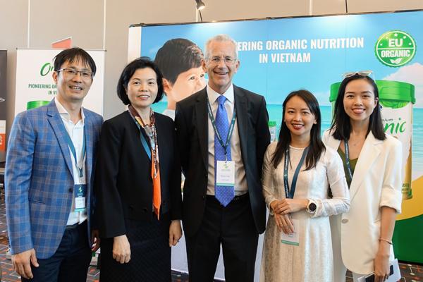 Ông Richard Hall - Chủ tịch Hội nghị (đứng giữa) tham quan khu vực giới thiệu thông tin của Vinamilk.